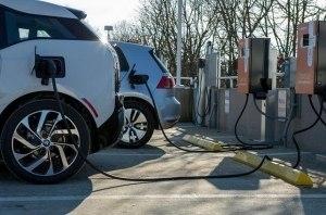 Сколько электромобилей приходится на 1 станцию зарядки в Украине